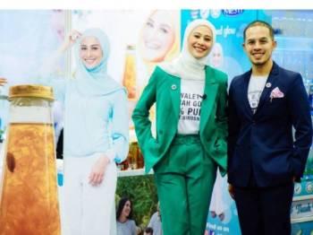 Fouziah Gous bersama suaminya, Datuk Zhafran Yusof.