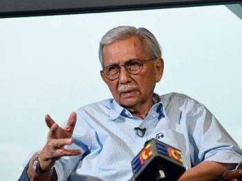 Pengerusi Majlis Penasihat Kerajaan Tun Daim Zainuddin ketika ditemu bual Bernama mengenai Projek Laluan Rel Pantai Timur (ECRL) di Menara Ilham hari ini.- Foto Bernama