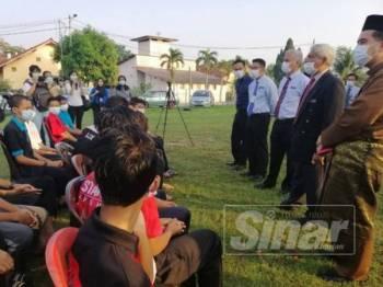 Abdul Aziz (dua, kanan) ketika meninjau keadaan pelajar yang diisolasi.