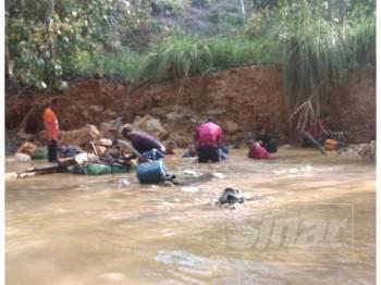 Penduduk kampung turut serta mencari mangsa yang tertimbus, petang semalam.