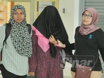Nik Rahimah mengaku tidak bersalah atas dua pertuduhan memperdagangkan dua bayi di Mahkamah Sesyen, Klang, hari ini. Foto Sinar Harian/Rosli Talib