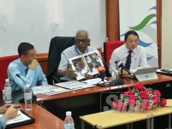 Suhaimi Kamaralzaman (kiri) bersama Charles Santiago (tengah) serta Siew Kalvin pada sidang media di Span, di sini, hari ini.