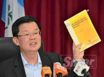 Kon Yeow menunjukkan buku Akta Perancangan Bandar dan Desa 1976 yang dirujuknya berhubung tugas MPFN pada sidang media di Pejabat Ketua Menteri, hari ini.