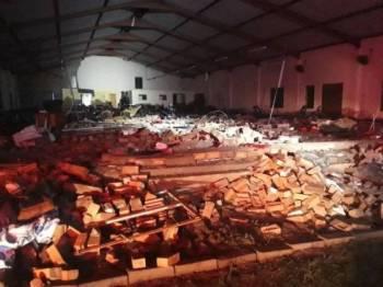 Bumbung sebuah gereja di timur Durban runtuh menyebabkan 13 orang terbunuh.