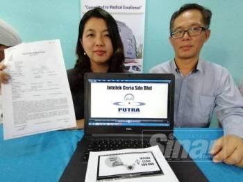 May Lee menunjukkan laporan polis yang dibuat dan diperhatikan Chee Leong ketika sidang media di  Hospital Pakar Putra Melaka di sini, hari ini.