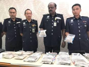 Ravi Chandran (dua dari kanan) menunjukkan heroin yang dirampas daripada seorang lelaki berusia 50 tahun dalam serbuan di Bagan Serai, semalam.