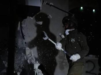 Tentera Yahudi merobohkan apartmen didiami keluarga Arafat Irfaiya di Hebron, awal hari ini.