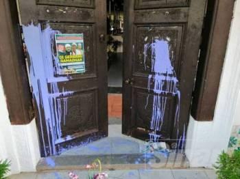 Pintu kayu di bahagian hadapan Masjid Tengkera disimbah cat berwarna ungu.