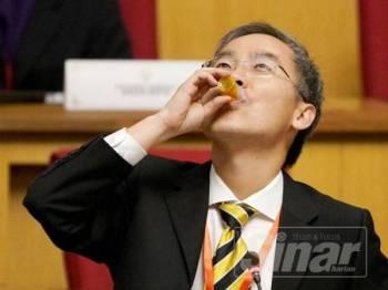 Dr Ko Chung Sen membuat demo minum minyak sawit.