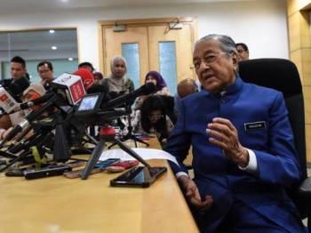 Dr Mahathir menjawab pertanyaan media pada sidang media khas di Yayasan Al-Bukhary, hari ini. - Foto Bernama