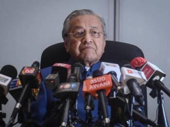 Perdana Menteri, Tun Dr Mahathir Mohamad ketika mendengar pertanyaan media pada sidang media khas di Yayasan Al-Bukhary hari ini. - Foto Bernama