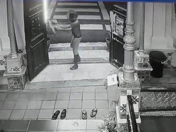 Rakaman video mengenai lelaki terbabit yang bertindak menyimbah cat dipercayai sebelum jemaah menunaikan solat subuh.