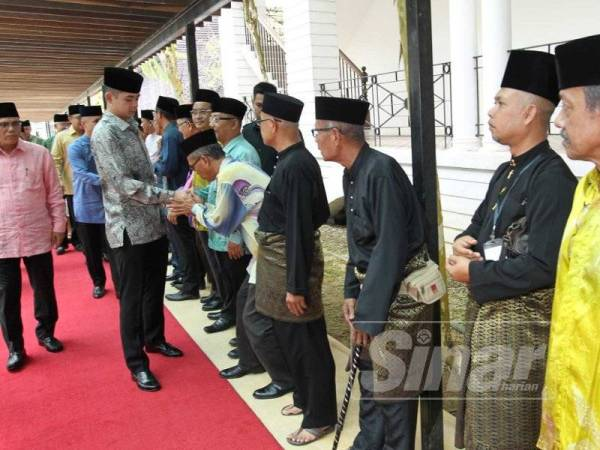 Ketibaan Tengku Hassanal di Muzium Sultan Abu Bakar Pekan disambut para pembesar dan rakyat jelata.