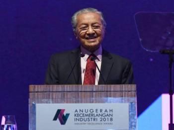 Tun Dr Mahathir  ketika berucap pada Majlis Anugerah Kecemerlangan Industri 2018 di sebuah hotel malam ini. - Foto Bernama