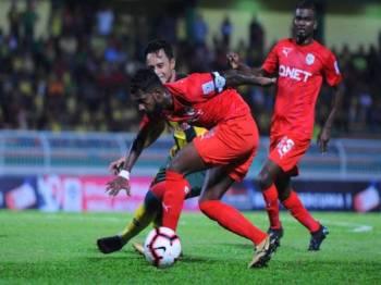 Penyerang Kedah, Mohd Zaquan Adha Abd Razak dikawal ketat dua pertahanan PJC FC pada aksi pusingan ketiga Piala FA 2019 di Stadium Darul Aman pada Selasa lalu yang berkesudahan Kedah menang 2-0. - Foto MOHD ASYRAAF