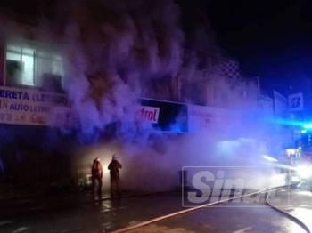Kerja memadamkan api di Jalan 1, Taman Tanjong Karang Baru malam tadi membabitkan kedai menjual alat ganti kereta.