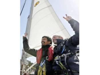 Pelayar buta Jepun, Mitsuhiro Iwamoto (kiri) yang dibantu penunjuk arah, Doug Smith berjaya merentasi Lautan Pasifik tanpa henti selama dua bulan.