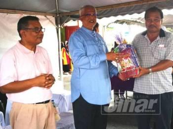 Mahfuz (dua dari kanan) menyampaikan hadiah kepada pemenang yang menyertai pertandingan acara yang diadakan sempena program G-Kom.