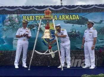 Rusli (tengah) mengetuk loceng KD Malaya sebagai simbolik perasmian Hari Terbuka Armada sempena sambutan Hari TLDM ke-85 di Tambatan Pangkalan Lumut, Pangkalan TLDM, di sini, hari ini.