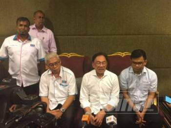 Presiden PKR, Datuk Seri Anwar Ibrahim ketika bercakap kepada pemberita selepas hadir Town hall Anak Muda anjuran AMK Johor di sini hari ini.