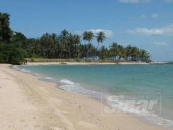 Pasir yang memutih dan air laut biru kehijauan mampu menarik pelancong ke Pulau Bidan.