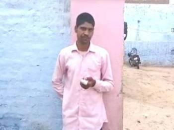 Kumar memotong jari telunjuknya selepas tersalah mengundi.