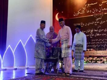 Seramai 20 orang veteran Angkatan Tentera Malaysia (ATM) menerima sumbangan kerusi roda pada Majlis Sambutan Malam Nisfu Sya'aban dan Doa Kesyukuran di Pangkalan Udara Kuala Lumpur di sini malam tadi. - Bernama