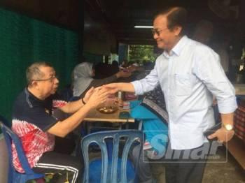 Mohd Anuar meluangkan masa bersarapan di Kampung Bangau, pagi tadi.