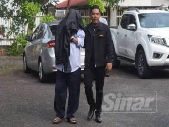 Pegawai SPRM membawa suspek ke Mahkamah Majistret Kemaman bagi mendapatkan perintah lanjutan tahanan reman.