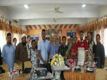 Mohd Zamani (lima dari kiri) bersama peserta yang mengikuti Kursus Asas Persediaan Tanaman Nanas Siri 1 Tahun 2019 di SMK Kedondong.