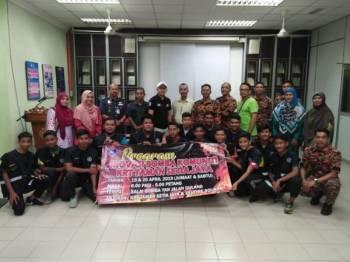 Shahrom (enam dari kiri) bergambar bersama peserta kursus inovasi bomba di Balai Bomba dan Penyelamat Yan pada 19 dan 20 April lalu.