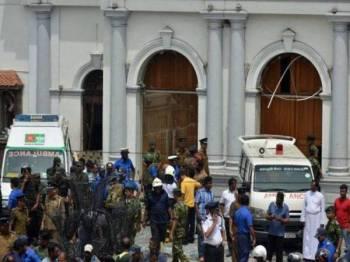 Ambulans tiba di lokasi kejadian letupan di sebuah gereja di Kochchikade, Colombo.