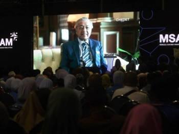Dr Mahathir menyampaikan ucapan menerusi rakaman video pada Majlis Perasmian Minggu Saham Amanah Malaysia (MSAM) 2019 di pekarangan Amanjaya Mall hari ini. -Foto Bernama