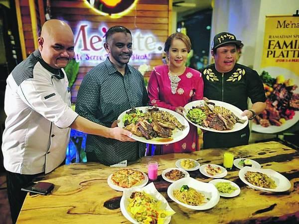 Pengarah Palace Butcher Resources Sdn Bhd merangkap pemilik Me'nate Steak Hub, Syed Ashraf Syed Ali (dua kiri), Syuk (kanan) dan Elly (dua dari kanan) ketika melancarkan kempen Ramadan di restoran itu di Shah Alam