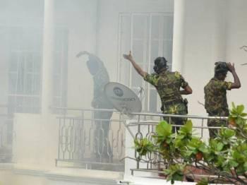 Letupan kelapan dilakukan seorang pengebom bunuh diri yang turut menyebabkan tiga anggota polis terkorban. - Foto AFP