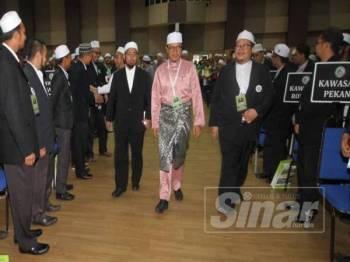 Khalil  (tengah) tiba pada Muktamar Dewan Pemuda Pas di Dewan Tun Razak, Temerloh, semalam.