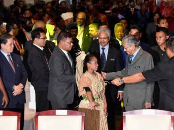 Perdana Menteri, Tun Dr Mahathir Mohamad hadir merasmikan Konvensyen Orang Asli Kebangsaan 2019 bertemakan 'Memartabatkan Hak Orang Asli' di Pusat Konvensyen Antarabangsa Putrajaya hari ini.Turut sama Menteri di Jabatan Perdana Menteri P. Waytha Moorthy. - Foto Bernama