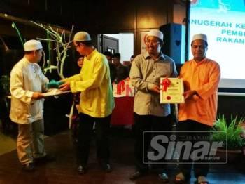 Mohd Nor (dua, kanan) menyampaikan penghargaan kepada penerima sempena Majlis Anugerah Motivasi Dalam Kepulihan Dadah 2019, di sini, semalam.