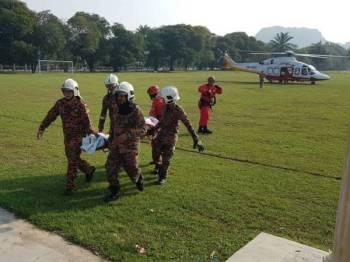 Anggota bomba membawa mayat mangsa pagi tadi. - Foto: IHSAN BOMBA