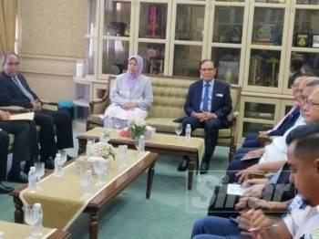 Zuraida (kiri) dan Wan Rosdy (kanan) ketika bermesyuarat di Wisma Pahang hari ini.