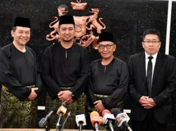 Menteri Besar Johor, Datuk Dr Sahruddin Jamal (dua, kiri) bersama tiga Ahli Majlis Mesyuarat Kerajaan negeri (EXCO) Johor yang baharu dilantik iaitu Pengerusi Jawatankuasa Kerja Raya, Pengangkutan dan Infrastruktur Mohd Solihan Badri (ADUN Tenang) (kiri), Pengerusi Jawatankuasa Hal Ehwal Agama Islam, Pertanian dan Pembangunan Luar Bandar Tosrin Jarvanthi (AFUN Bukit Permai) (dua, kanan) dan Pengerusi Jawatankuasa Kerajaan Tempatan, Kesejahteraan Bandar dan Alam Sekitar, Tan Chen Choon (ADUN Jementah)(kanan), bergambar bersama selepas sidang media di Pejabat Menteri Besar di Kota Iskandar hari ini. - Foto Bernama
