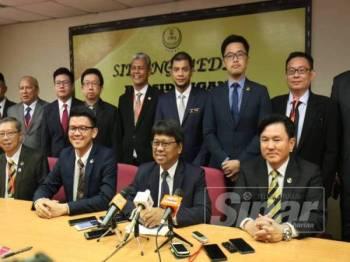 Asmuni (duduk, dua kanan) mengetuai sidang media yang dihadiri Exco Kerajaan Perak dan ADUN PH bagi menyatakan sokongan kepada Ahmad Faizal.