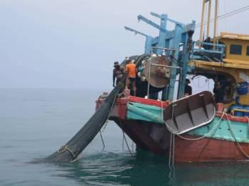 Bot nelayan yang ditahan kerana melanggar syarat lesen dari perairan Pulau Kendi pada jam 12.30 tengah hari tadi.