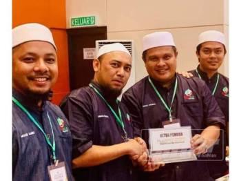 Ahmad Faisal (dua kiri) menerima watikah pelantikan Ketua Pemuda Pas Perak daripada bekas penyandangnya, Mohd Akmal (dua kanan) baru-baru ini.
