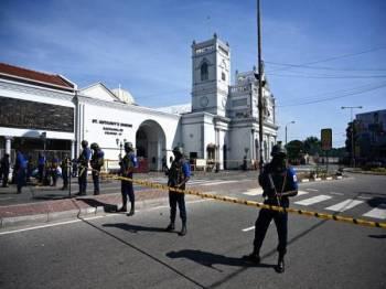 Pasukan keselamatan berkawal di luar Gereja St Anthony di Colombo sehari selepas serangan tersebut. - Foto: AFP