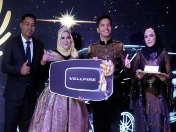 Alif Syukri (dua dari kanan) menyampaikan anugerah Master Partner Terbaik kepada Sarni Riuilda Rahim (dua dari kiri) pada Makan Malam AS Legacy di Kuala Lumpur, kelmarin.