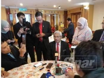 Abdul Aziz ketika sidang media selepas melawat Bilik Media Sidang DUN Perak, hari ini.