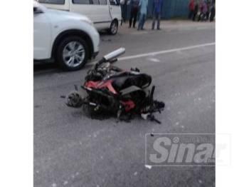 Keadaan motosikal ditunggang mangsa setelah terlibat kemalangan dengan dua kenderaan lain,di Batu Jong, hari ini.