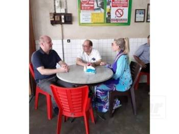 Tengku Muhammad Fa-iz dilihat bersama isteri dan keluarga dari Sweeden di sebuah kopitiam di Jalan Che Su. Foto: Facebook Sukri Haji Yunus