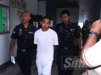 Penganggur, Luqman Hadi diringi anggota polis selepas diarah membela diri oleh Mahkamah Tinggi di sini, hari ini.